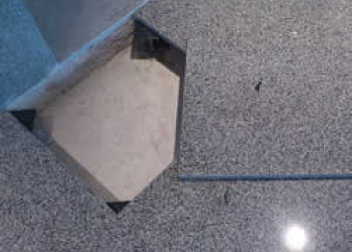 piso elevado em granito com estrutura em plástico