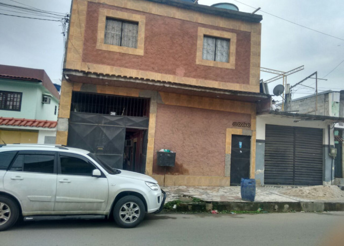 Terreno com 3 casas no centro comercial em Parque Flora, Nova Iguaçu
