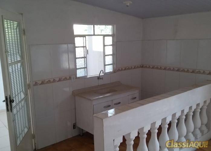alugo casa 3 comodos e banheiro com  area de serviço