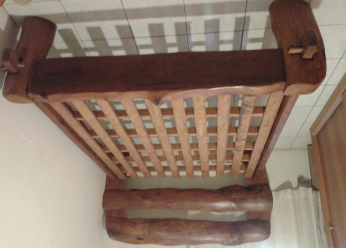 Cama casal de tora de madeira