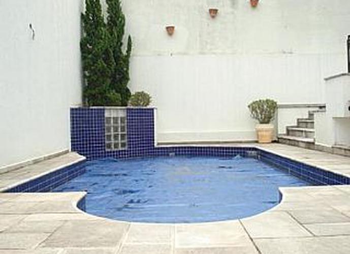 Sobrado à venda, 480 m², 4 quartos, 2 banheiros, 4 suítes