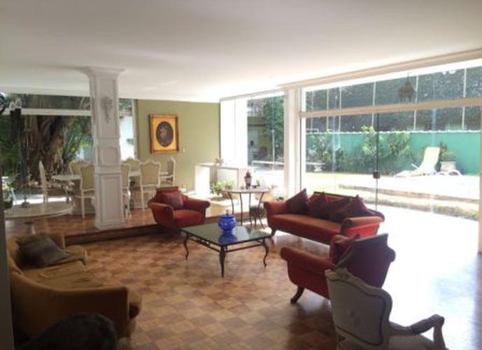 Sobrado à venda, 530 m², 4 quartos, 3 banheiros, 4 suítes