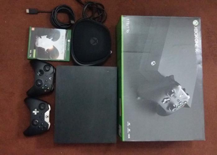 Xbox One X 1 Tb 4 K Com 2 Controles e 1 Jogo
