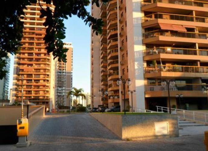 Barra da Tijuca - Parque das Rosas / 02 quartos + dependência completa