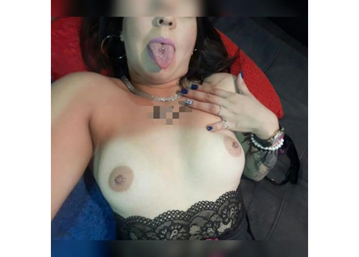 Novinha tatuada com piercing nos seios na língua no umbigo vc só encontra aqui..