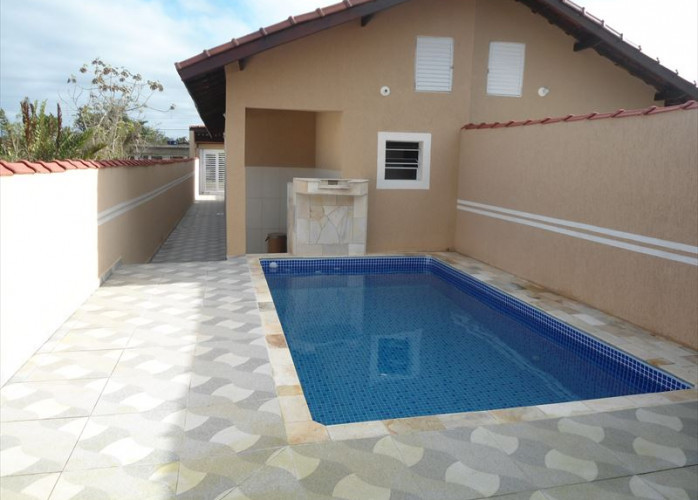Casa nova com piscina a venda em Itanhaém.