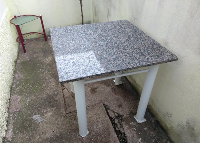 Mesa com pedra de mármore