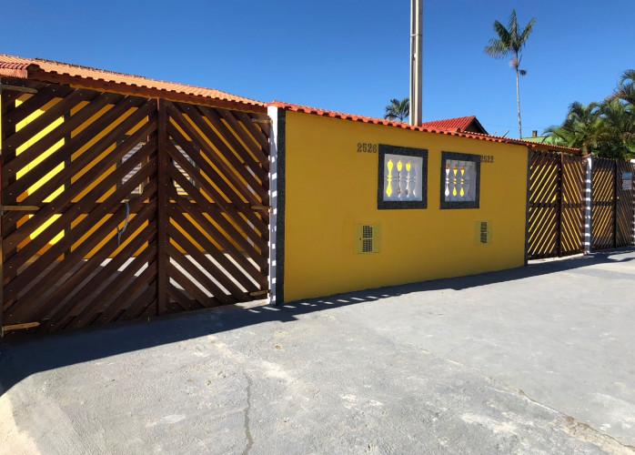 Vende casa em Mongaguá com garagem para 2 carros!