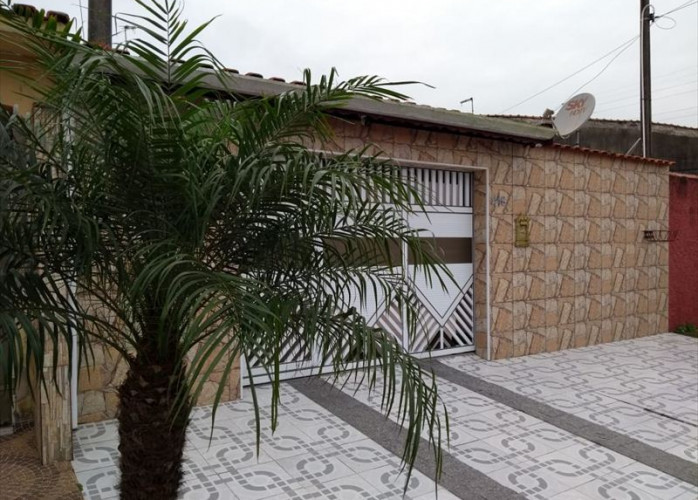 Vende casa em  Mongaguá com garagem para 3 carros e com churrasqueira!