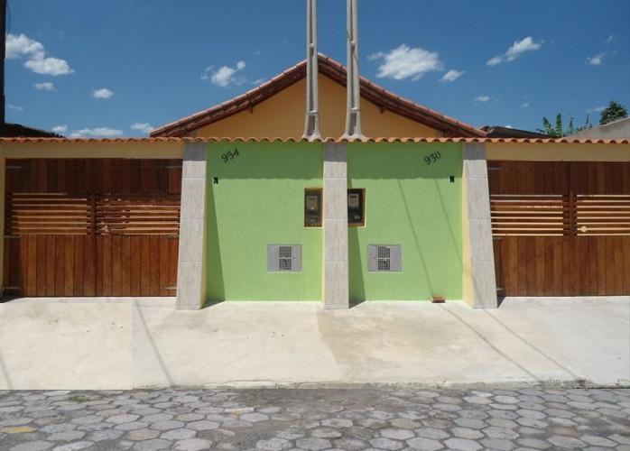 Vende casa em Itanhaém com garagem e churrasqueira.