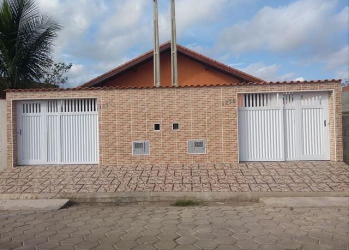 Casa em Itanhaém com quintal nos fundos!