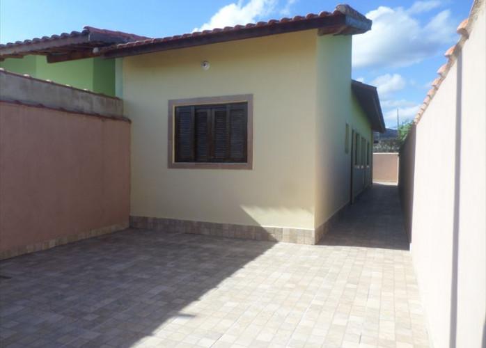 Casa com portas e janelas de madeira a venda em Itanhaém.