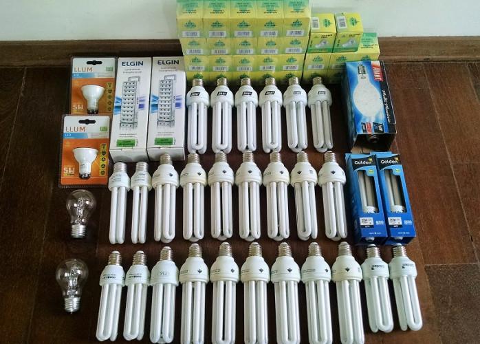 Lote de 63 Lâmpadas e 2 Luminárias luz de emergência LED novas e seminovas