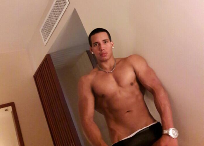 Alessandro Boy musculoso, local discreto com garagem
