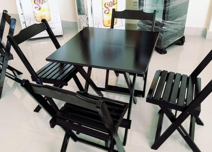 Mesas e cadeiras dobráveis de madeira