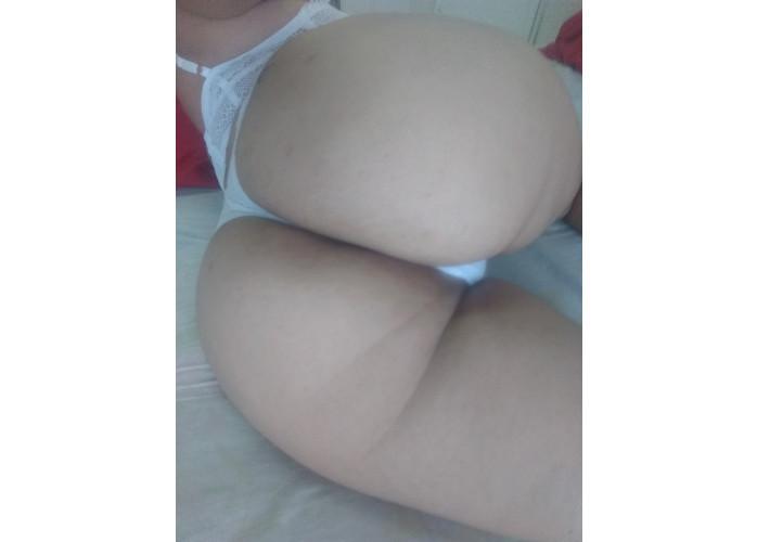 Mocinha da buceta lisinha louca por sexo