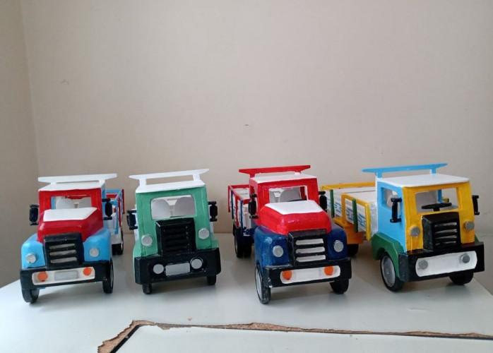 Caminhões de brinquedo em madeira