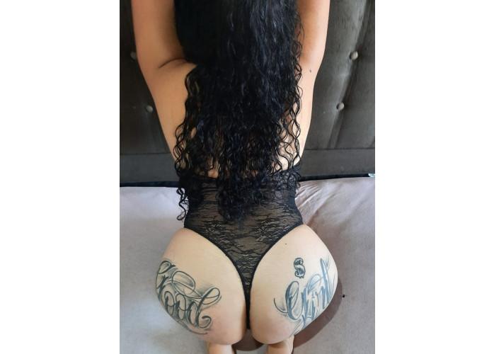 Morena tatuada da buceta apertadinha, com local