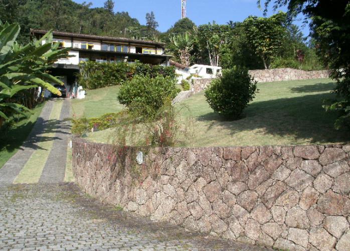 Casa projetada pelo arquiteto Sergio Rodrigues à venda no Condomínio Portogalo