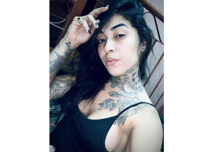 Acompanhante trans, gata e tatuada