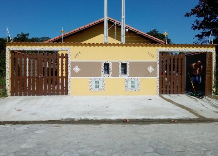 Casa com churrasqueira e piscina em Itanhaém.